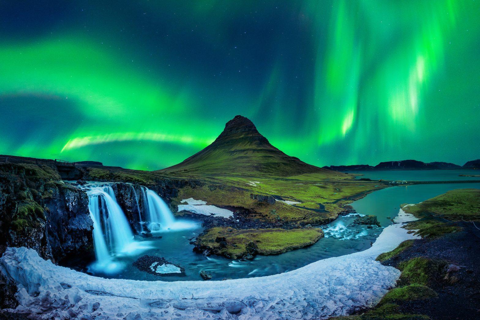 kirkjufell mountain under the northern lights in snaefellsnes peninsula