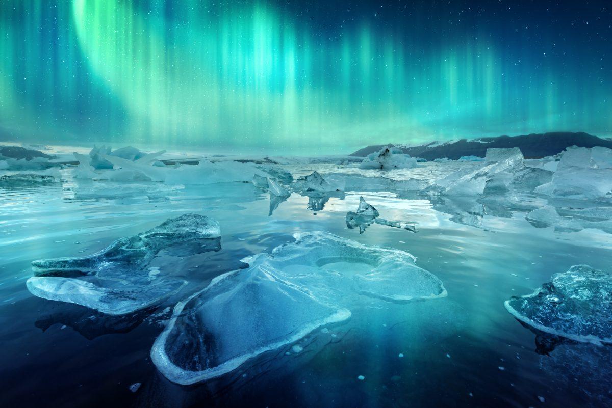 jokulsarlon glacier lagoon under the northern lights