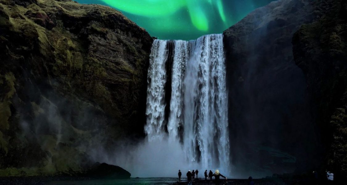 Skogafoss sous les aurores boréales