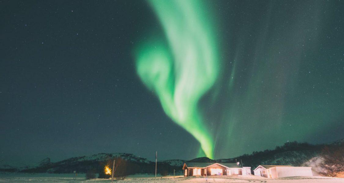 Maison sous les aurores boréales en Islande