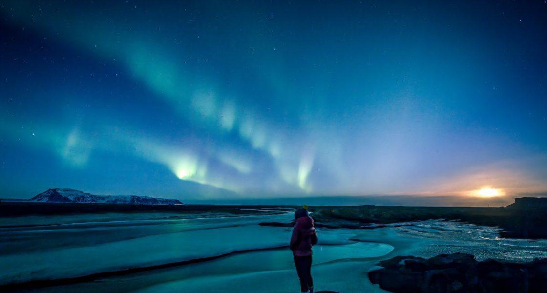 Personne prenant une photo des aurores boreales
