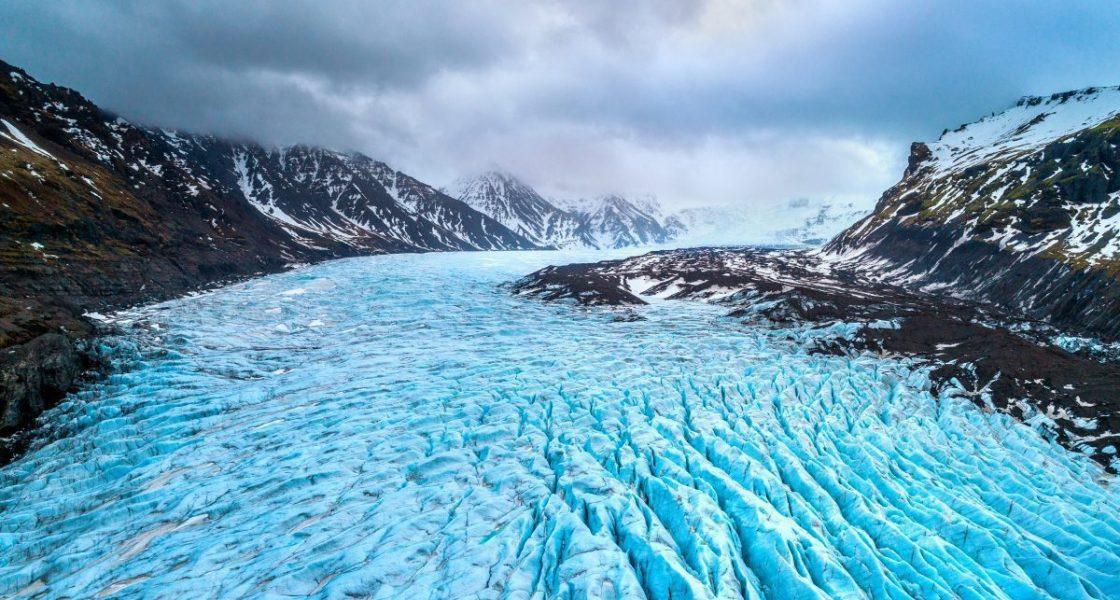 Glacier entre deux montagnes en Islande