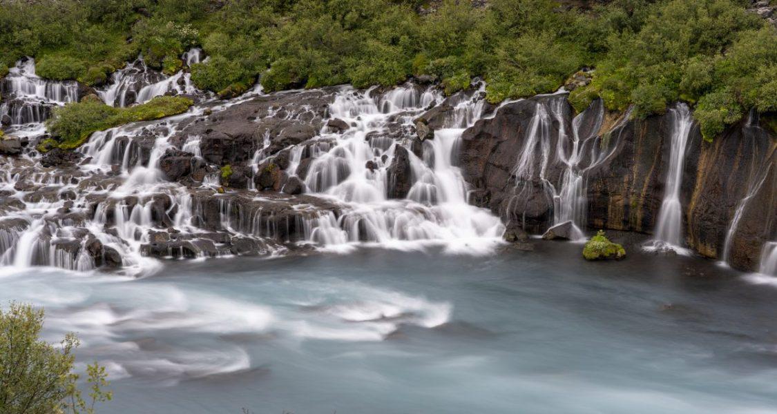 cascade de hraunfossar s'infiltre dans un champ de lave dans l'ouest de l'islande