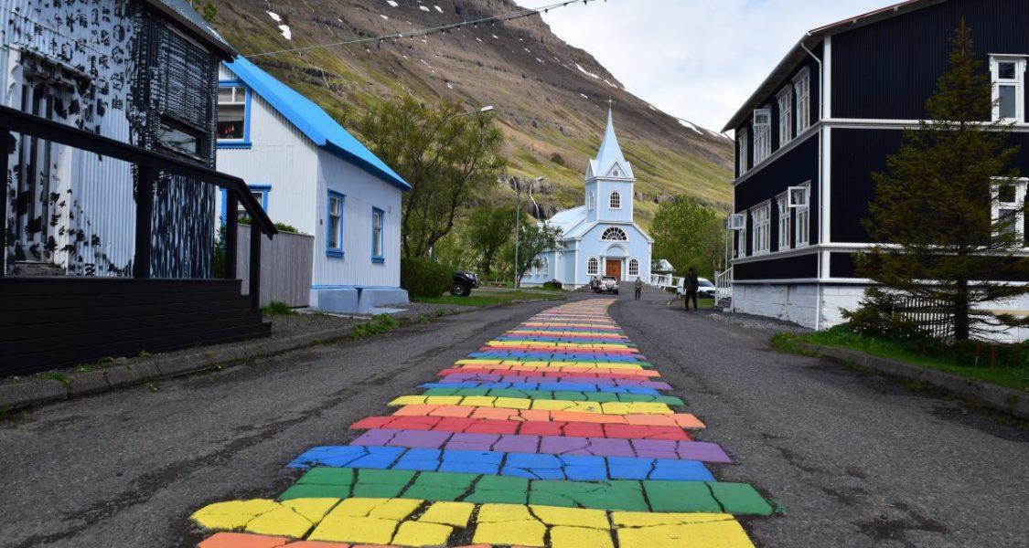 église bleue et route arc-en-ciel à Seydisfjordur