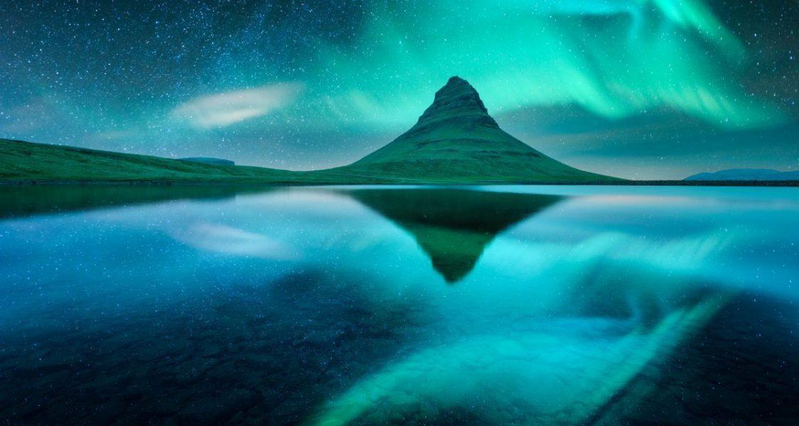 Montagne Kirkjufell sous les aurores boréales en islande