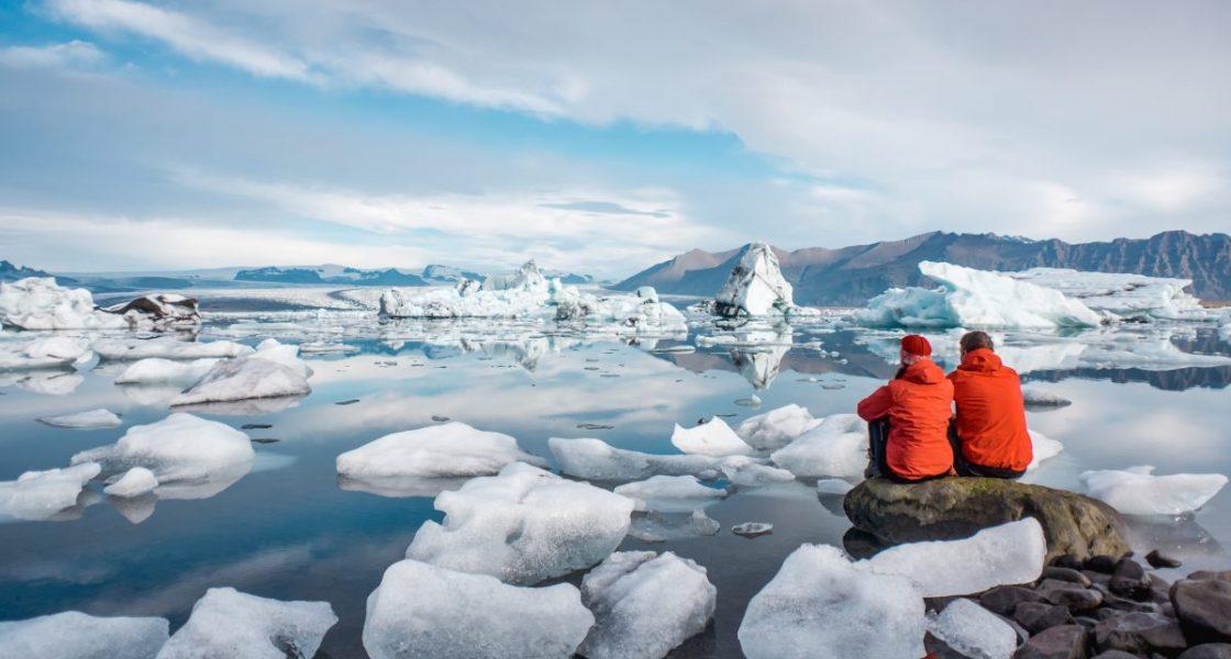 people admiring jokulsarlon glacier lagoon
