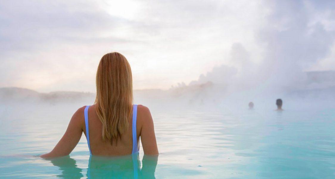 Femme se baignant au Blue lagoon Islande